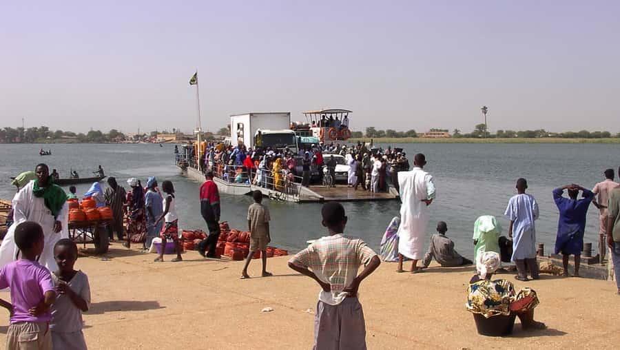 Arrivée du bac de Rosso sur la rive mauritanienne