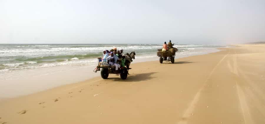 Au départ de Saint-Louis, le désert de Lompoul peutêtre atteint par la plage à marée basse...
