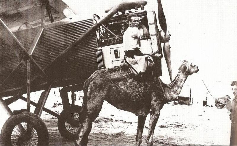 Jean Mermoz, perché sur un chameau, répare un moteur